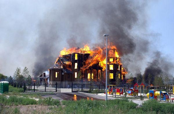 Горловка после артиллерийского обстрела 7 августа 2014 г. Пылающий Благовещенский храм.