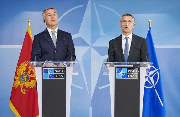 Бессменный премьер-министр Черногории Мило Джуканович и генеральный секретарь НАТО Столтенберг, приветствующий «реальный прогресс в направлении членства Черногории в НАТО», 15 апреля 2015 г.