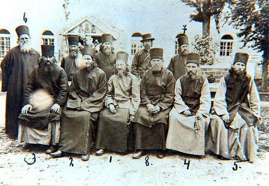 Братия Свято-Пантелеимонового монастыря. Преподобный Силуан сидит слева
