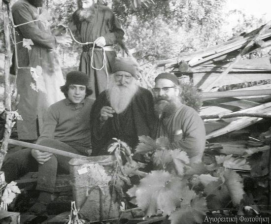 Старец Тихон (в центре) принимает монахов из братства Иосафеев. Прп. Паисий - на заднем плане, достает воду из бочки, чтобы предложить ее гостям). 1966