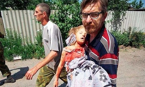 Славјанск. Лекар носи девојчицу која је погинула за време артиљеријског града на Тројицу 2014. г.