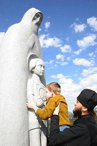 У памятника преподобному Сергию Радонежскому в Радонеже