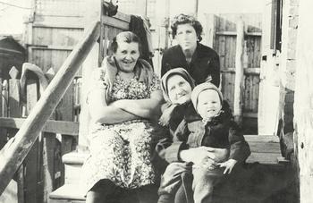 Двухлетний Миша Беликов на коленях у прабабушки, первого из встреченных им в детстве верующих людей, рядом бабушка по отцу и мама