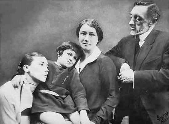 Ю.А.Кутырина, племянница писателя, Ив Жантийом, ее сын, О.А. и И.С. Шмелевы. Париж. 1926
