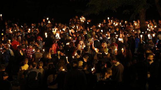 Люди собираются у места трагедии вечером 1 октября