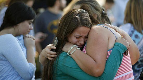 Джессика Васкес обнимает свою тетю Летицию после трагедии