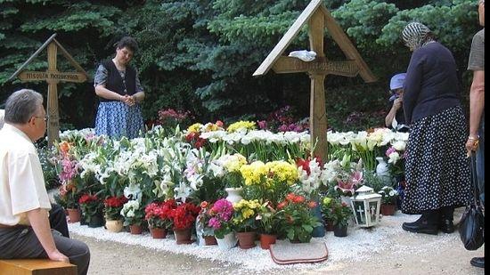 На могиле иеромонаха Арсения в монастыре Прислоп
