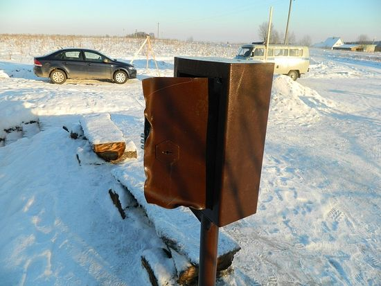 Вскрытый ящик для сбора пожертвований на источнике вмч. Пантелеимона