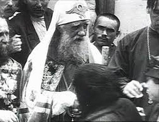 Патриарх Тихон благословляет народ. Кадр хроники