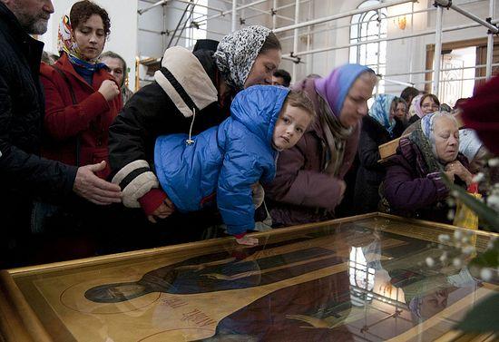 У мощей преподобных Кирилла и Марии Радонежских