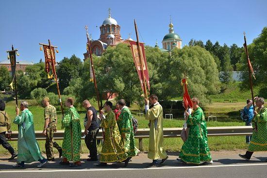 Крестный ход в честь 700-летия преподобного Сергия проходит мимо стен Хотькова монастыря. Фото: А. Горяинов / Православие.Ru