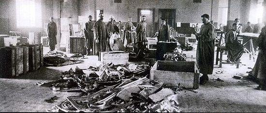 Вскрытие гробниц русских императоров в усыпальнице Петропавловского собора.</div>         <div class=