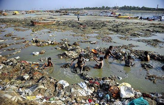 Омовение в «священной» реке Ганг
