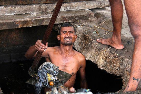 Чистильщик туалетов из касты неприкасаемых