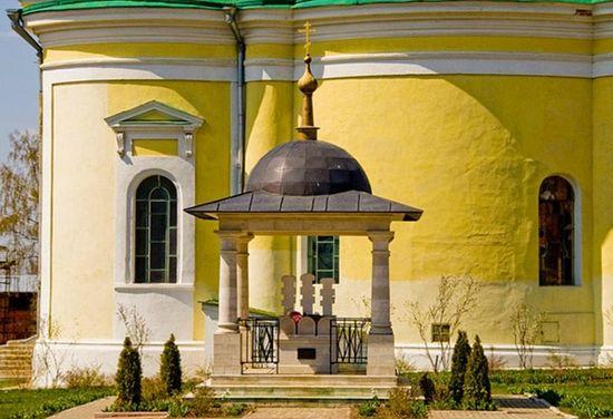 Памятник над княжескими могилами. Фото: Артем Молчанов