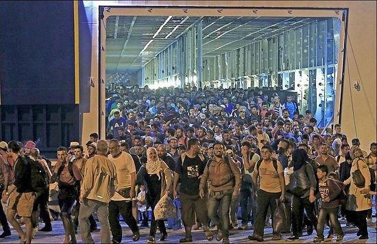 Тысячи мигрантов выходят из трюма парома, прибывшего в столицу Греции — Афины