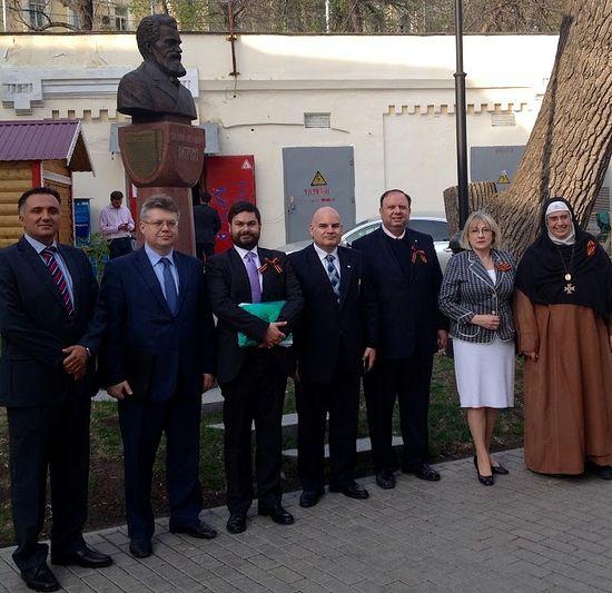 Апрель 2015 г. Москва.Представители ливанских и иракских христианских общественных делегаций возле памятника Василия Хитрово в Центре ИППО