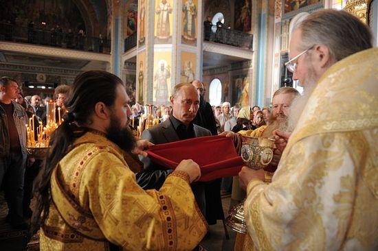 Владимир Путин причащается Святых Христовых Тайн