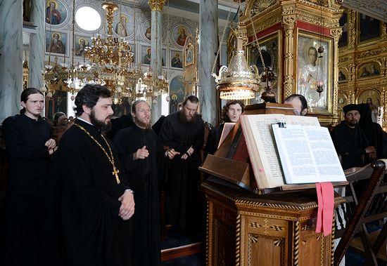 Отец Игорь Якимчук среди поющих на клиросе в Свято-Пантелеимоновом монастыре
