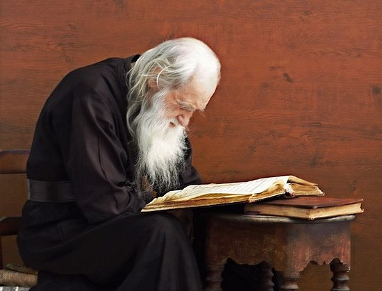 Батюшка за чтением Псалтири