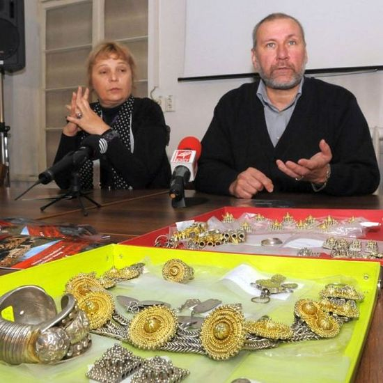 Archaeologists Boni Petrunova (left) and Nikolay Ovcharov (right) showing the Urvich Treasure. Photo: Novinar daily