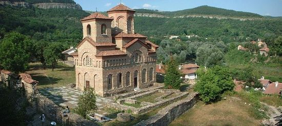 A view of the restored St. Dimitar Solunski Church at the foot of the Trapesitsa Hill in Bulgaria's Veliko Tarnovo, with its surroundings. Photo: Magnus Manske, Wikipedia