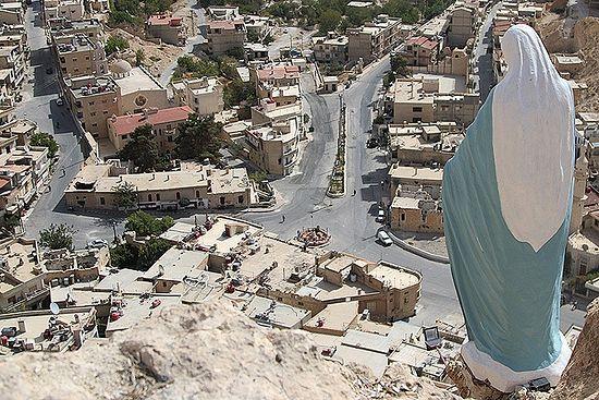 Велика скулптура Дјеве Марије тужно са висине гледа разорени град. Фото: Александар Коц, Дмитриј Стешин