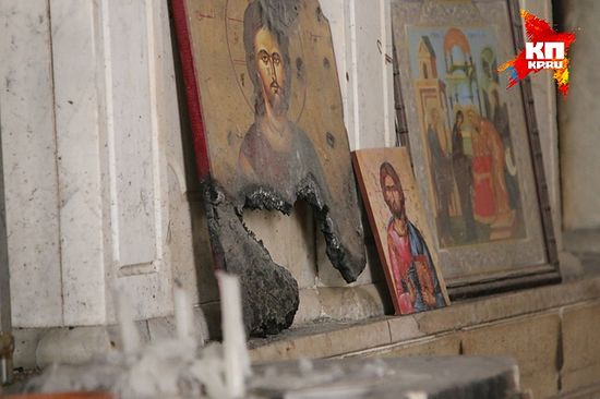 У манастирима иконе, чак и оскрнављене, стоје на поду код изгорелих олтара. Фото: Александар Коц