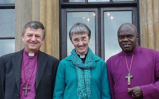 Слева направо: священник Фрэнк Уайт со своей женой епископом Элисон Уайт и архиепископ Йоркский Джон Сентаму