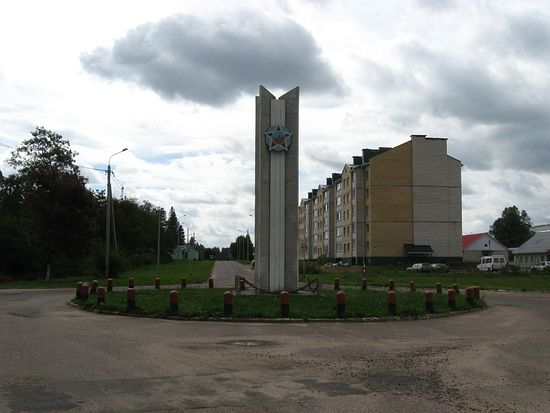 Поселок Новоколосово. Стелла при въезде в городок
