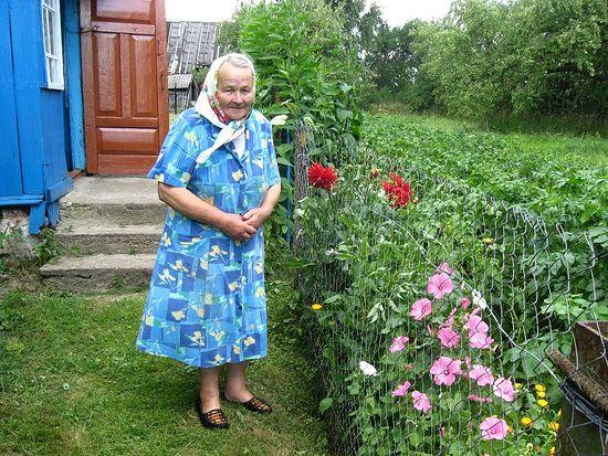 Бабушка Яна возле дома