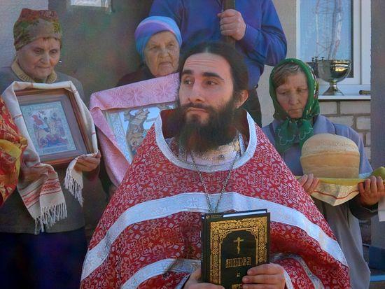 Священник Сергий Бегиян с прихожанами