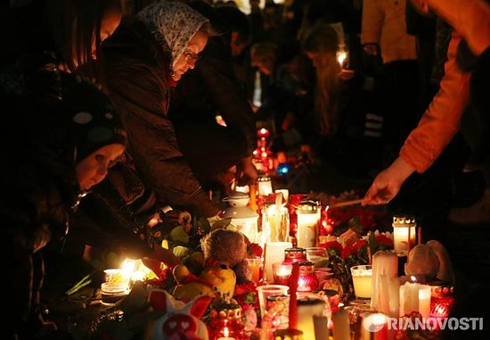 У Александрийского столпа люди поминают жертв авиакатастрофы