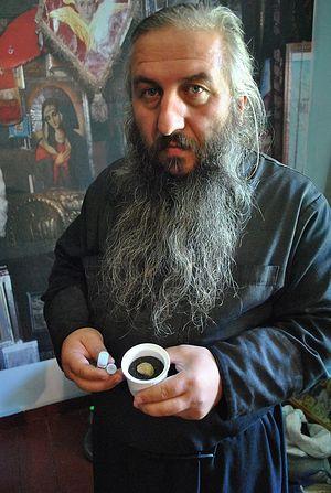 Отец Гавриил с частицей мощей преподобноисповедника Гавриила (Ургебадзе)