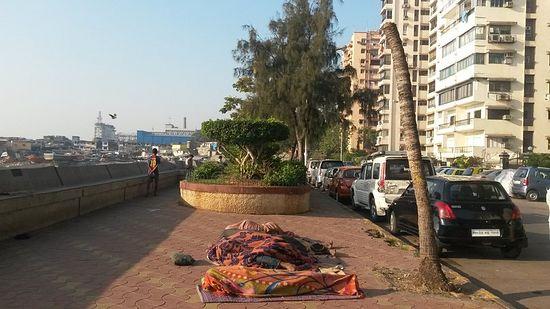 Так в Мумбае люди просто спят на улице