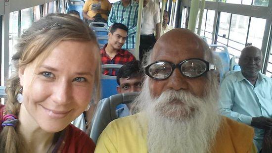 «Селфи в автобусе в Дели, с бабой, т.е. гуру, который подсел и начал что-то объяснять на неизвестном мне диалекте. В кадре люди улыбаются - их не надо специально просить об этом»