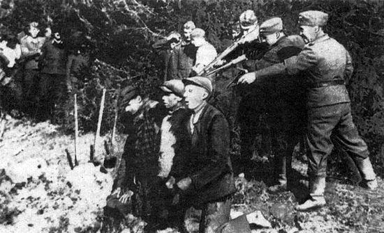 Нацисты расстреливают мирных жителей в Каунасе