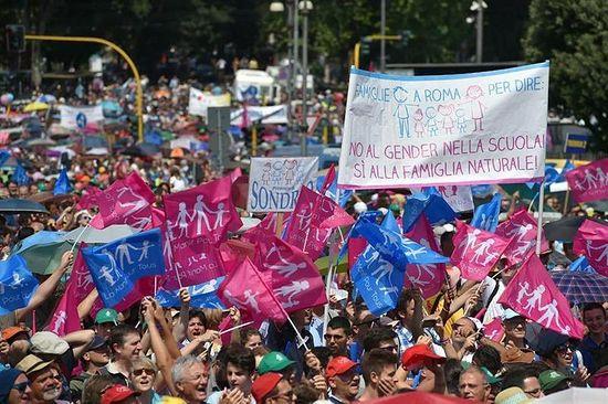 Сотни тысяч человек вышли на улицы Рима 22 июня 2015 года, протестуя против гей-