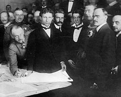 Подписание мирного договора в Брест-Литовске 9 февраля 1918 года (фото: общественное достояние)