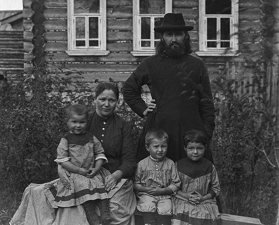 Портрет семьи священника на фоне дома. Муром, Зяблицкий погост, 1900-е гг. Позитив П.И. Целебровского