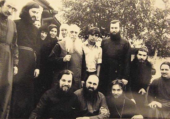 Митрополит Зиновий с паломниками. Внизу будущий архиепископ Алексий (Фролов)