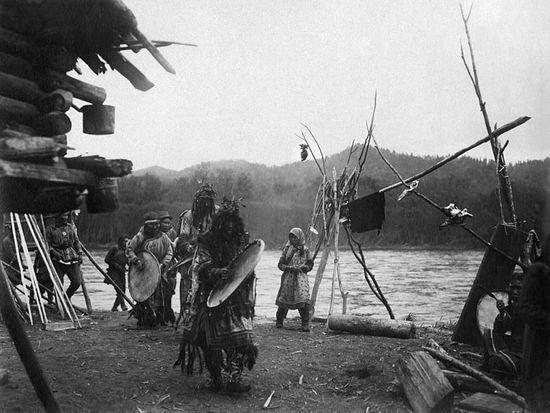 Шаман и его сопровождающие отправляются камлать на другое стойбище. 1930 г.