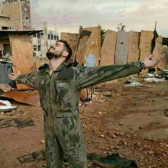 Пилот с авиабазы Кувейрис, в 45 км от Алеппо радуется прорыву блокады, которая длилась 3 года