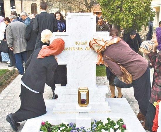 Поклоници свакодневно посећују гроб патријарха Павла (Фото Д. Јевремовић)