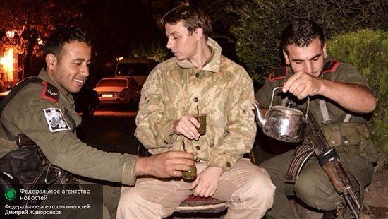 Дмитрий Жаворонков пьёт чай с солдатами сирийской армии