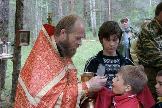 Протоиерей Димитрий Рощин в детском православном палаточном лагере «Лесной городок»