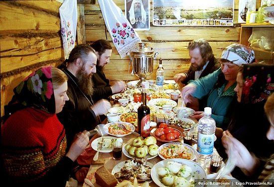 Отец василий Паскье с прихожанами на праздничной трапезе. Фото: Владимир Ештокин / Expo.Pravoslavie.Ru