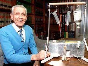 «Доктор смерть» Кеворкян с изобретенной им машиной для самоубийства