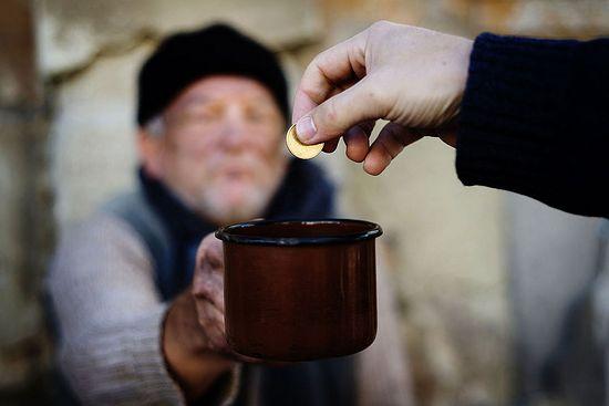 Картинки по запросу раздать монеты нищим