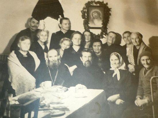 Отец Михаил с домашними и прихожанами у себя в «хатынке»